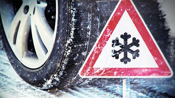 Povinnosť zimných pneumatík: Zimná pneumatika na zasneženej ceste.