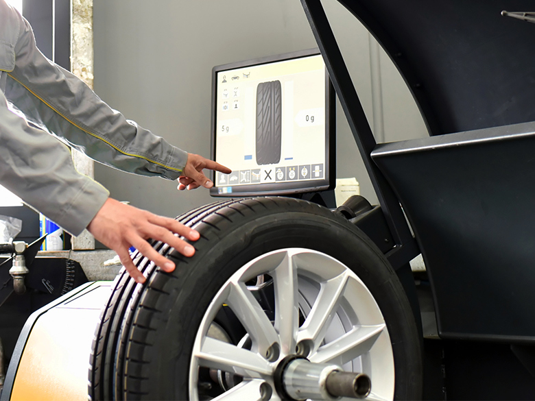 In un'officina viene equilibrato uno pneumatico.